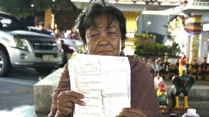 หญิงชราตาบอด ตระเวนหาลูก 4 คนจนเงินหมด หลังลูกๆ ไม่ติดต่อนาน 17 ปี | The Thaiger