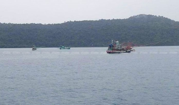 พายุคลื่นถล่ม เรือล่มกลางทะเลเกาะกูด ชาวประมงดับสลด | The Thaiger