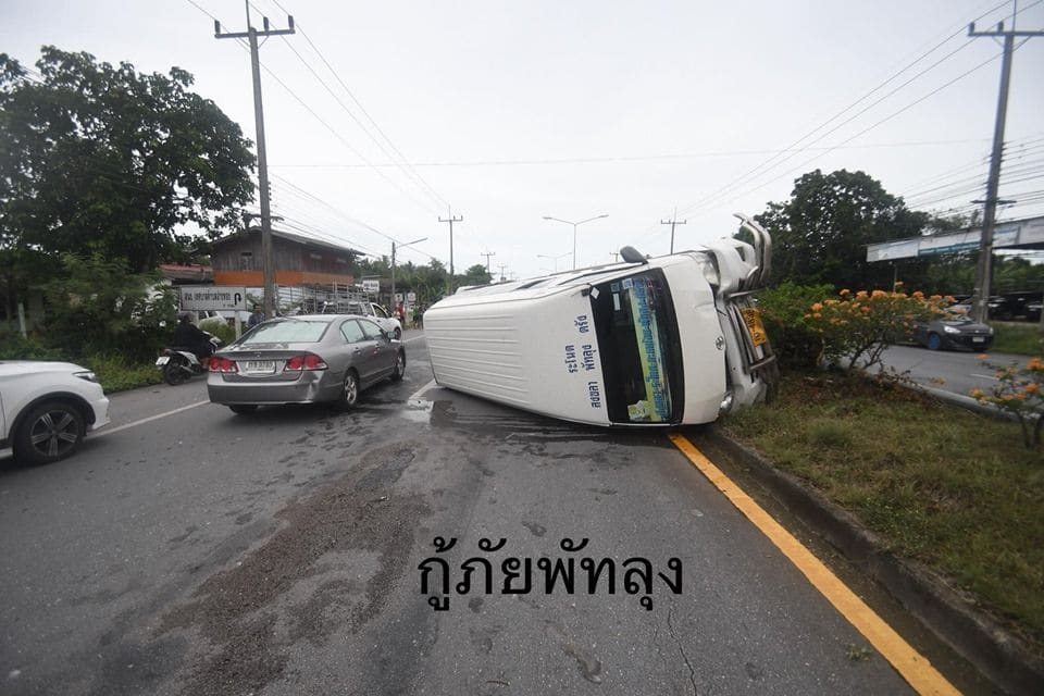 17 survive as minivan flips over in Phattalung, southern Thailand | The Thaiger