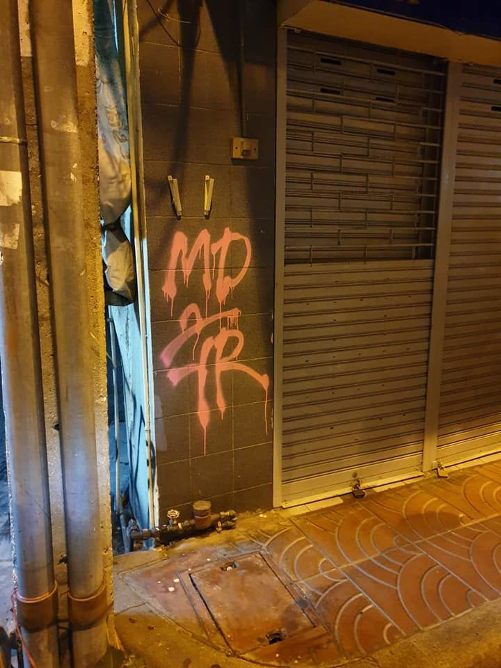 Two US tourists fined and awaiting deportation for graffiti | News by Thaiger