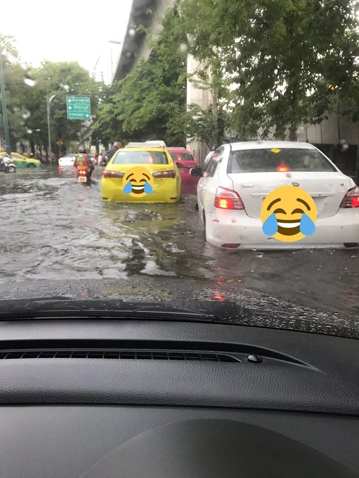 Bangkok tackles heavy rain in the lead up tonight's peak hour | News by The Thaiger