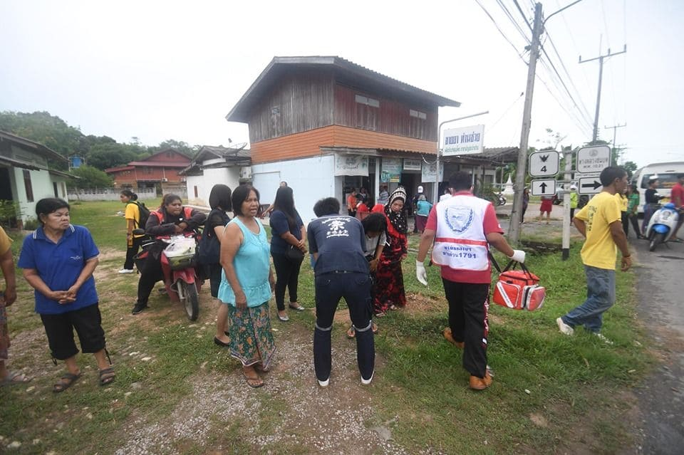 17 survive as minivan flips over in Phattalung, southern Thailand | News by The Thaiger