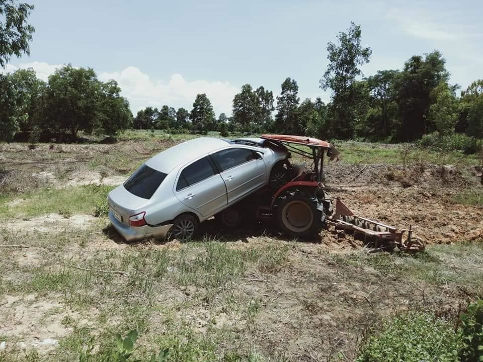 Roi Et tractor driver injured after sedan embeds itself in the driver's cabin   The Thaiger