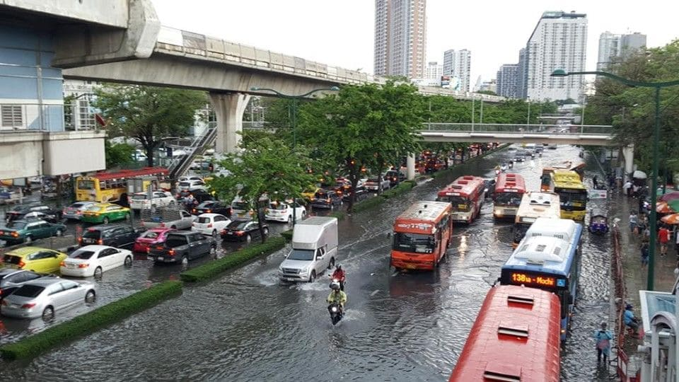 Bangkok tackles heavy rain in the lead up tonight's peak hour | The Thaiger