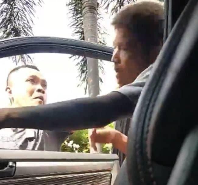 ชายอ้างตัวเป็นตำรวจ สน.ประเวศ ทำร้ายพ่อลูก หน้าจ๋อยยกมือไหว้  โดนข้อหาหนัก | News by The Thaiger