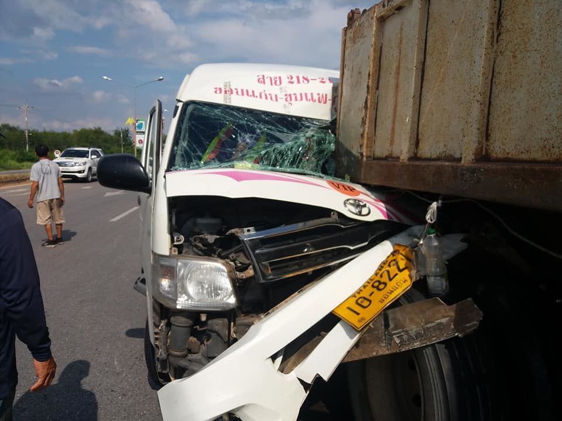 Seven injured in Khon Kaen minivan and trailer crashed | The Thaiger