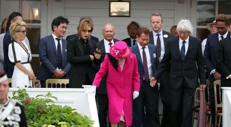 ตายแล้ว! โยชิกิ X-Japan อ้าปากค้าง ลมพัดผ้าพันคอเขาพาดไหล่ควีนอังกฤษ   News by The Thaiger