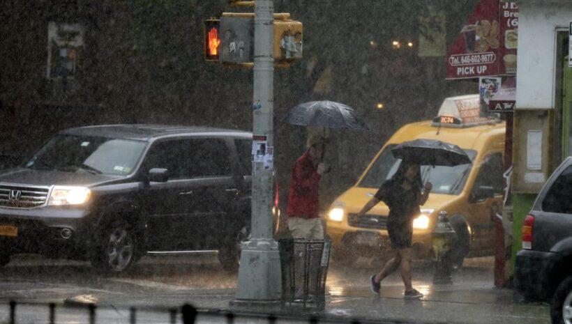 เตือนด่วน ๆ วันนี้ฝนถล่ม 43 จังหวัด ชาวกรุงเดินทางเท้าระวังน้ำกระฉูด | The Thaiger