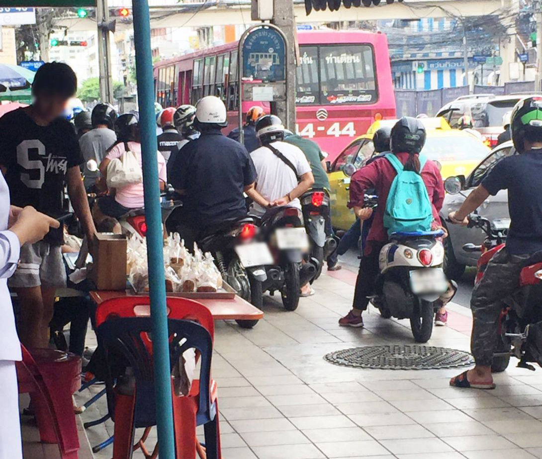 Bangkok council to raise fines for motorbike footpath riders | News by Thaiger