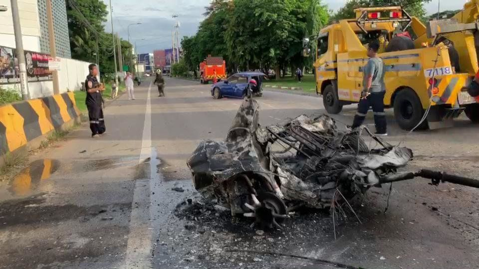 Thai couple walk away from dramatic road crash | News by Thaiger