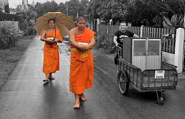 Lamphun monks ahead of the trend to eliminate single-use plastic bags | Thaiger