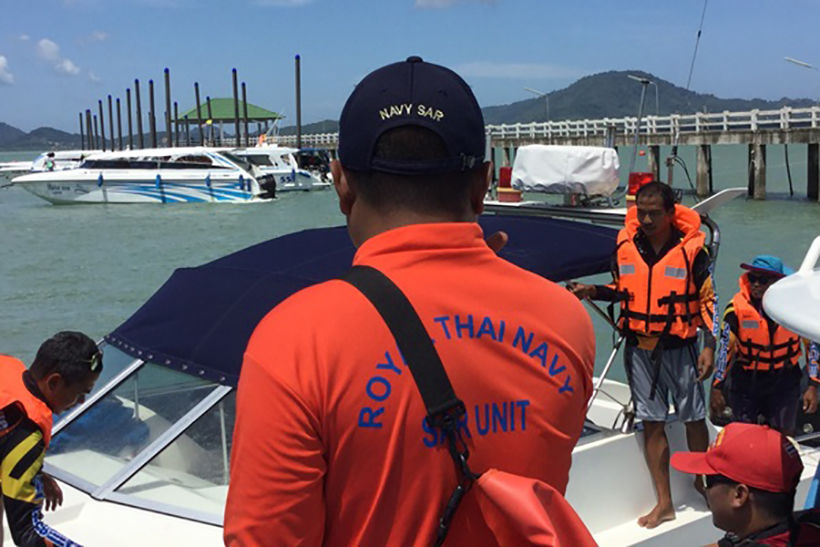 3 boat crew found alive after boat sinks near Koh Naka Noi, one still missing | News by Thaiger