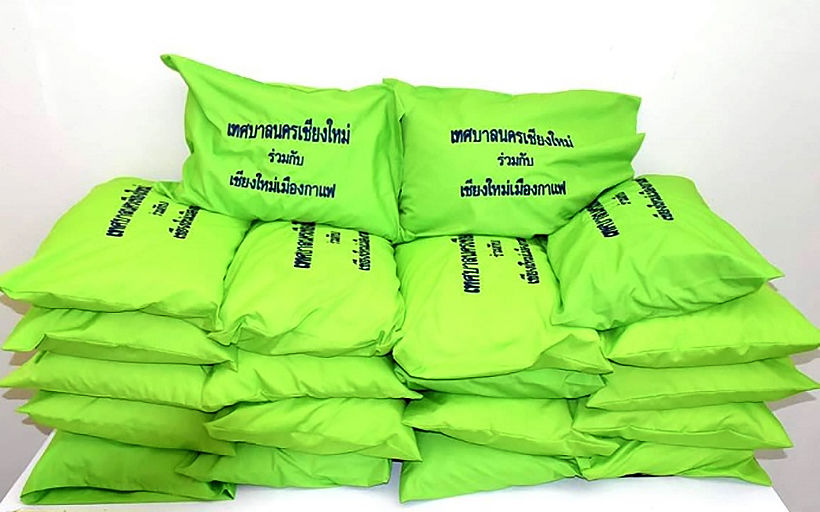 Making pillows out of recycled plastic drinking straws | News by Thaiger