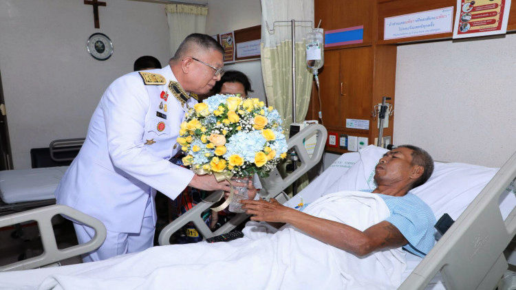 Representative of HM King and Queen visits Bangkok bomb blast patients | News by Thaiger