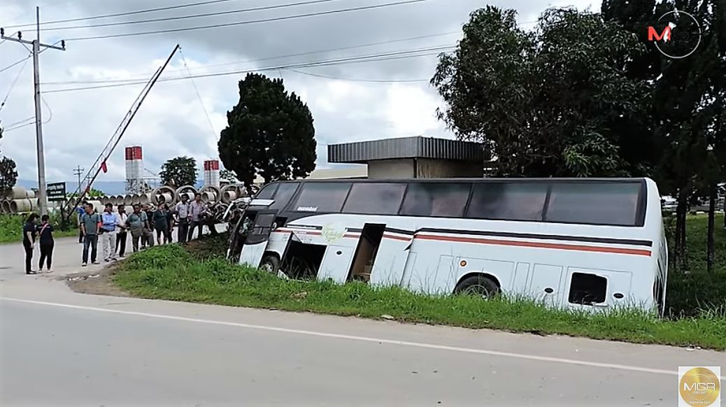Chiang Rai collision kills truck driver, injures several Chinese tourists | News by Thaiger