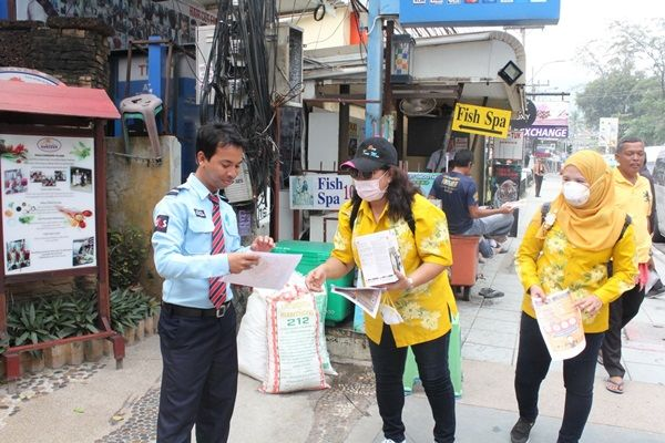 Patong Mayor hands out useless, cheap face-masks | News by Thaiger