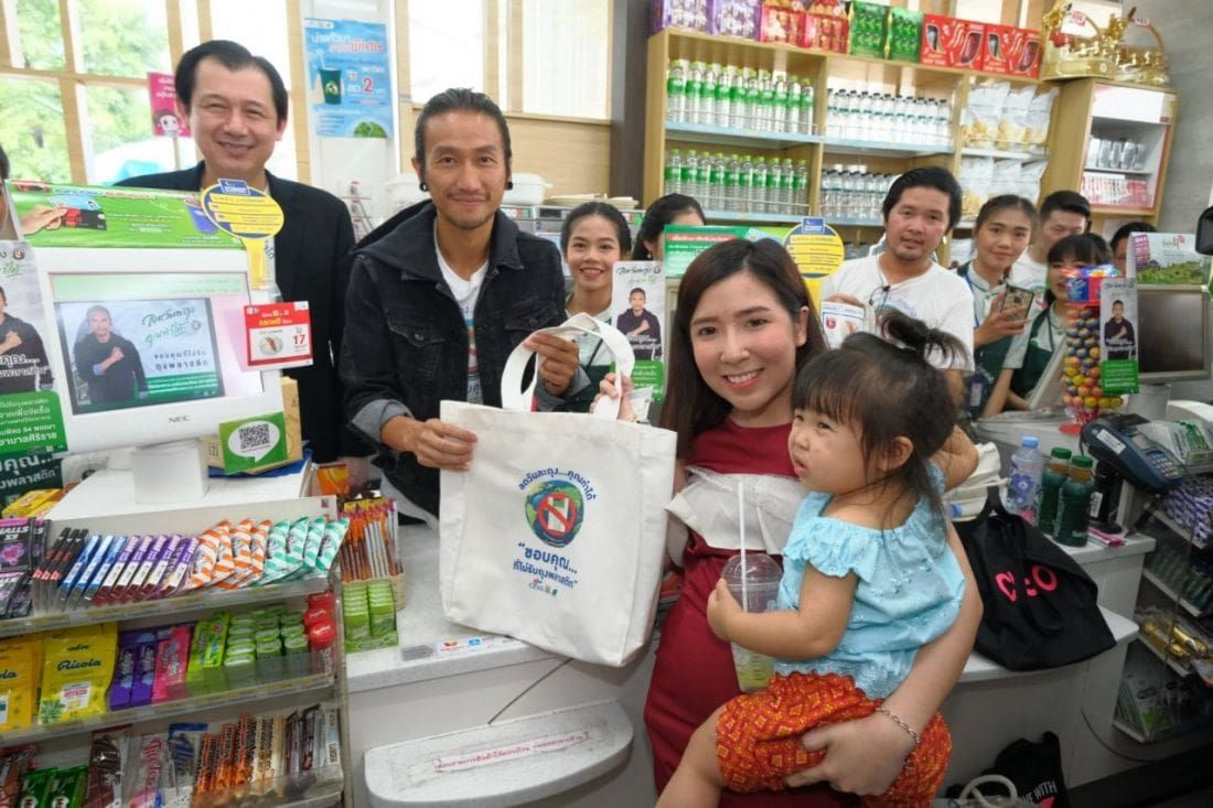 Thailand's big retailers will stop handing out plastic bags in January 2020 | News by Thaiger