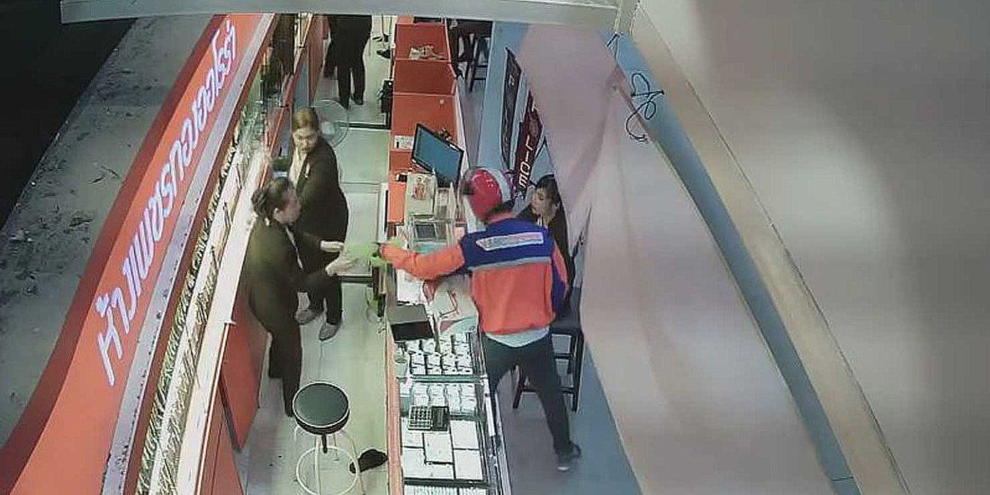 Man dressed as postman robs shop while claiming to be carrying a bomb
