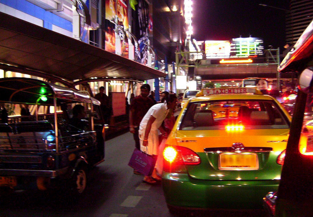 Police looking for Bangkok taxi driver who stole 3.6 million baht of valuables