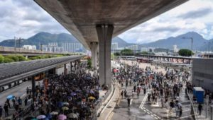 Roadblocks disrupt traffic to Hong Kong airport in a weekend of violence   News by Thaiger