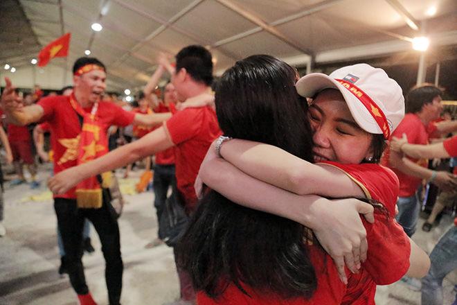 Fan bóng đá ở TP.HCM có hành động cực đẹp sau khi tuyển Việt Nam thắng Indonesia   News by Thaiger