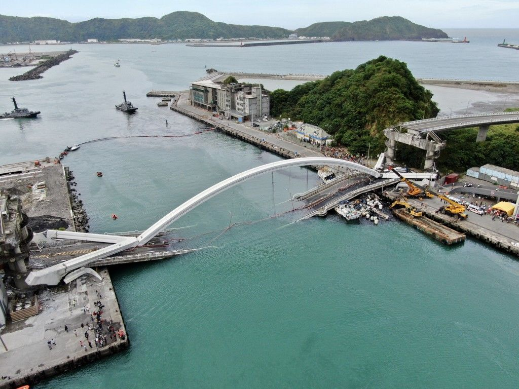 Four bodies recovered, two missing after bridge collapse in Taiwan - VIDEO | News by Thaiger