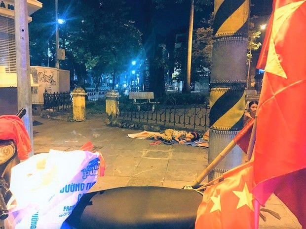 Bé Hoàng Anh nằm ngủ vỉa hè và ước mơ sải bước catwalk sắp thành sự thật   News by Thaiger