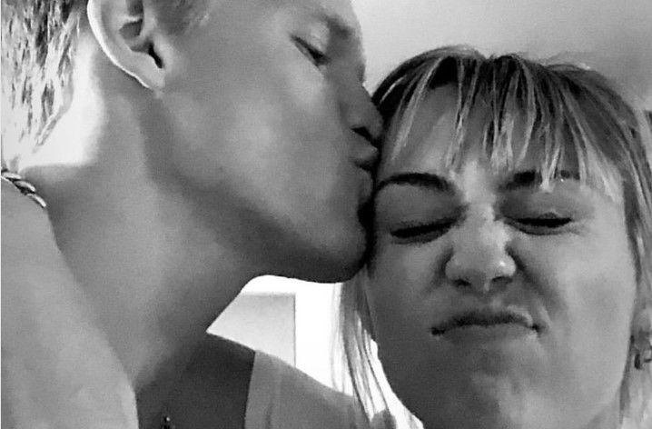 Image result for โคดีจูบหน้าผากของไมลีย์