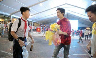 Fan bóng đá ở TP.HCM có hành động cực đẹp sau khi tuyển Việt Nam thắng Indonesia | The Thaiger