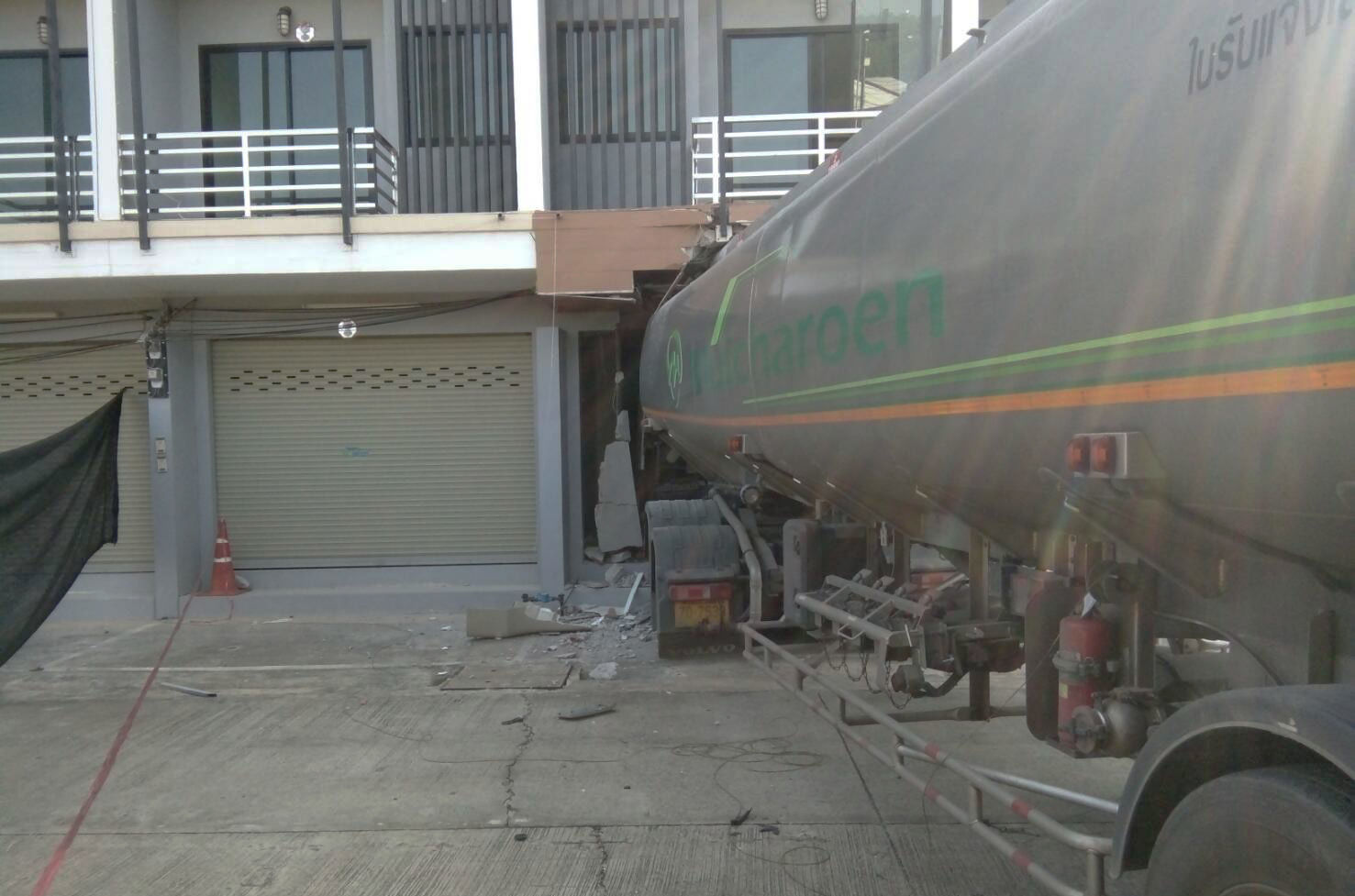Driver of gas tanker falls asleep, ploughs into building in Chiang Rai | News by The Thaiger