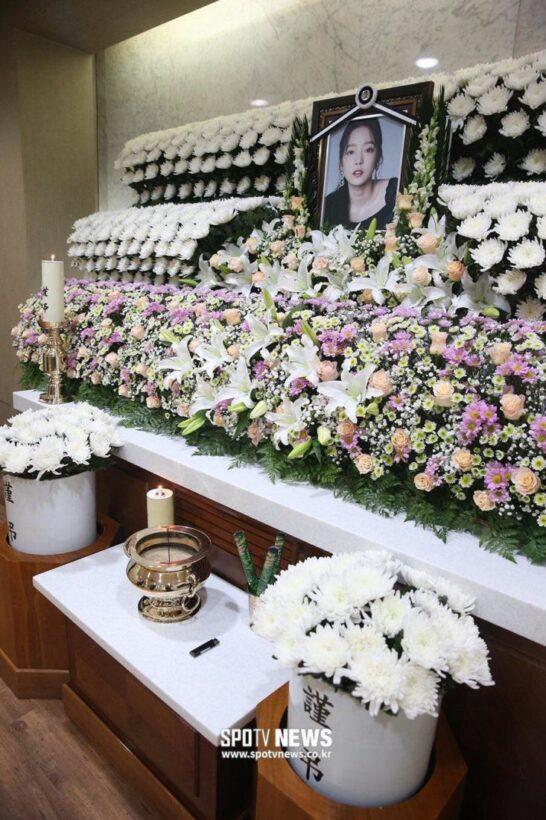 Các sao và người hâm mộ đau buồn đến viếng Goo Hara | News by Thaiger