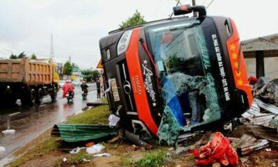 Đắk Lắk: Xe khách lật nghiêng, bốn người mắc kẹt | The Thaiger