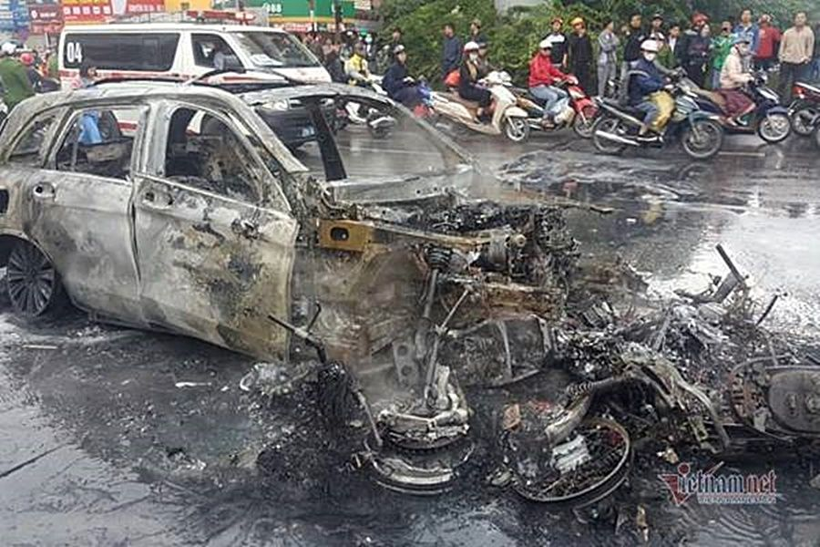 Hà Nội: Gây tai nạn kinh hoàng, xe Mercedes cháy rực ở Lê Văn Lương | News by Thaiger