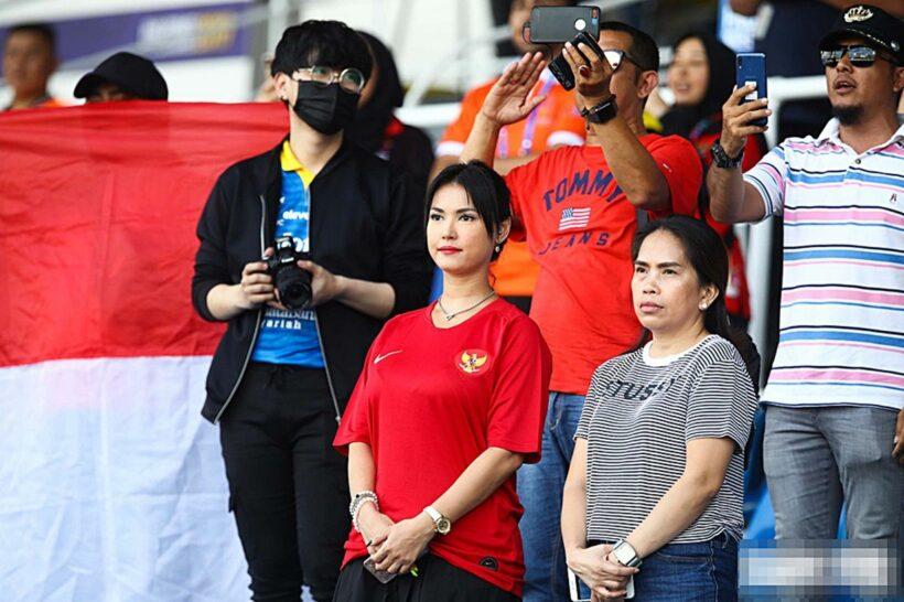 """Maria Ozawa """"nóng bỏng"""" xuất hiện trên khán đài trận đấu Thái Lan vs Indonesia   News by Thaiger"""