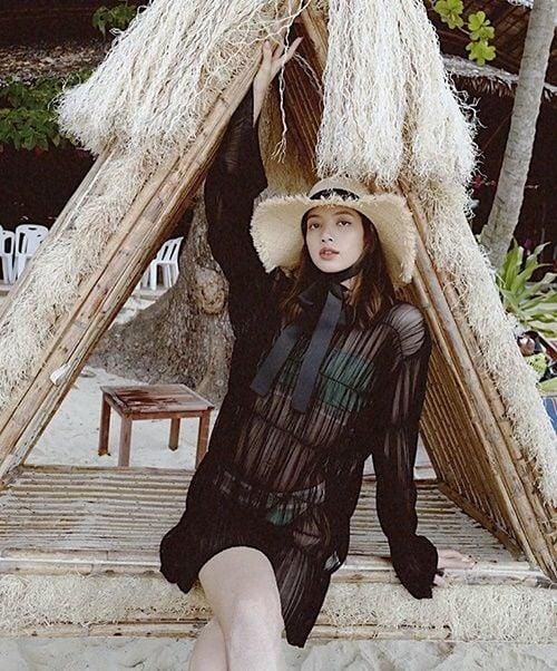 Lisa BLACKPINK gây bão Instagram khi mặc bikini tạo dáng trên bãi biển Phuket | News by Thaiger