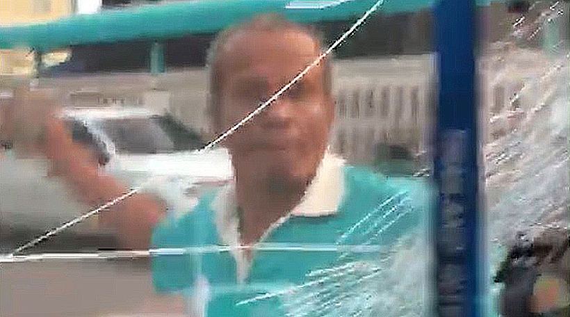 Husband begs wife for forgiveness, then smashes her windscreen | News by Thaiger