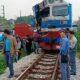 Hà Nội: Xe container vượt rào chắn, đâm phải tàu hỏa | The Thaiger