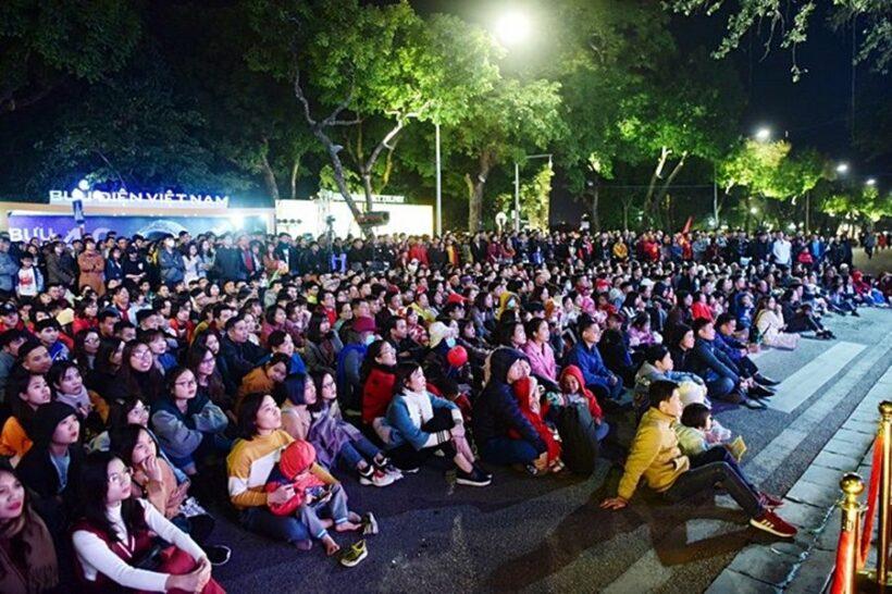 Hà Nội: Hàng nghìn người tập trung cổ vũ U22 tại Hồ Gươm | News by Thaiger