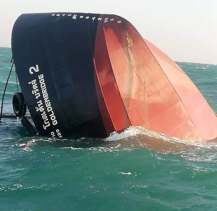 Thai Navy rush to contain oil slick in the Gulf - three rescued off sunken vessel | News by The Thaiger
