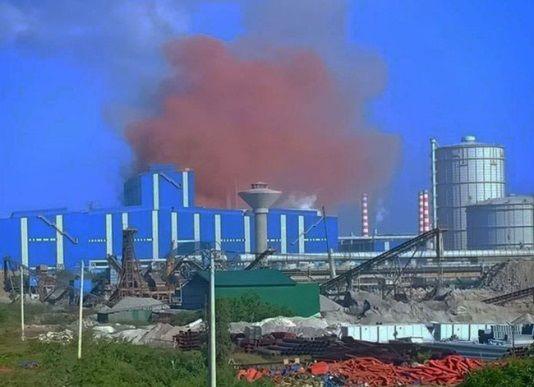 Kì lạ khói màu…hồng bốc lên mù mịt một vùng trời tại nhà máy thép Hòa Phát | News by Thaiger