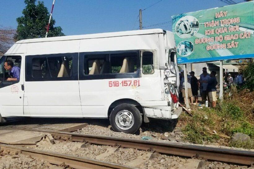 Tàu lửa hất tung xe ô tô, ít nhất 5 người phải nhập viện   News by Thaiger