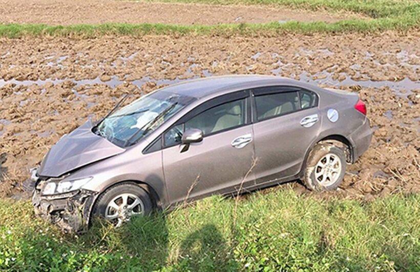 Hà Tĩnh: Hai xe ô tô tông nhau đâm xuống ruộng, 4 người đi cấp cứu | News by Thaiger