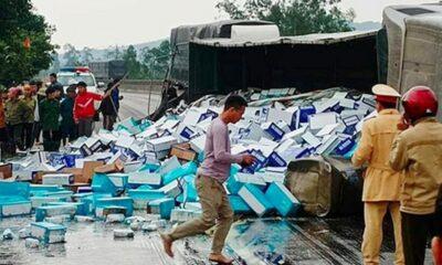 Hà Tĩnh: Lật xe container, hàng trăm thùng sữa đổ ra đường | The Thaiger