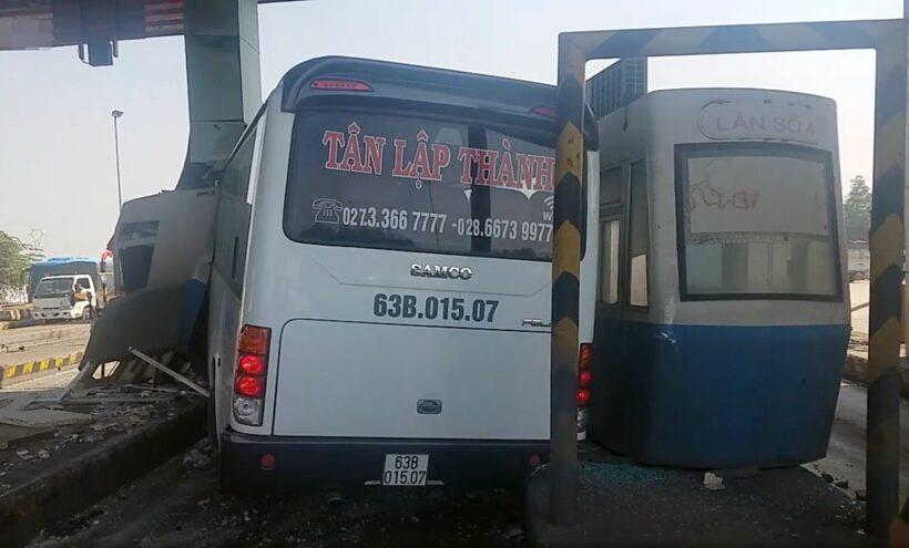 TP HCM: Ô tô khách điên cuồng tông sập trạm thu phí | News by Thaiger