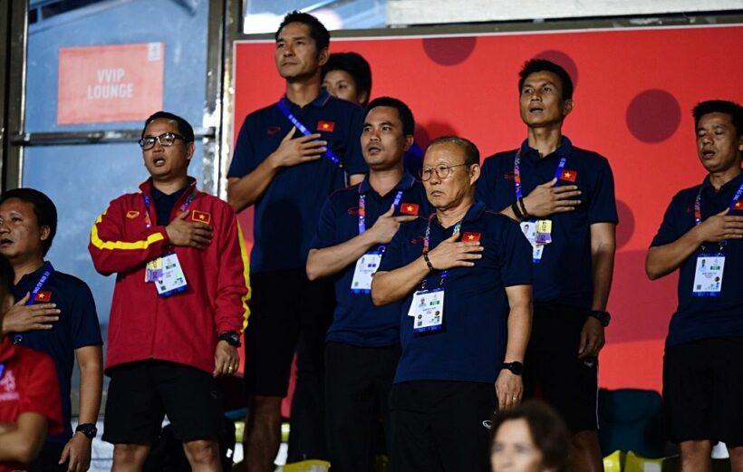 HLV Park Hang-seo cùng đông đảo CĐV ăn mừng tuyển nữ Việt Nam giành HCV SEA Games 30   News by Thaiger