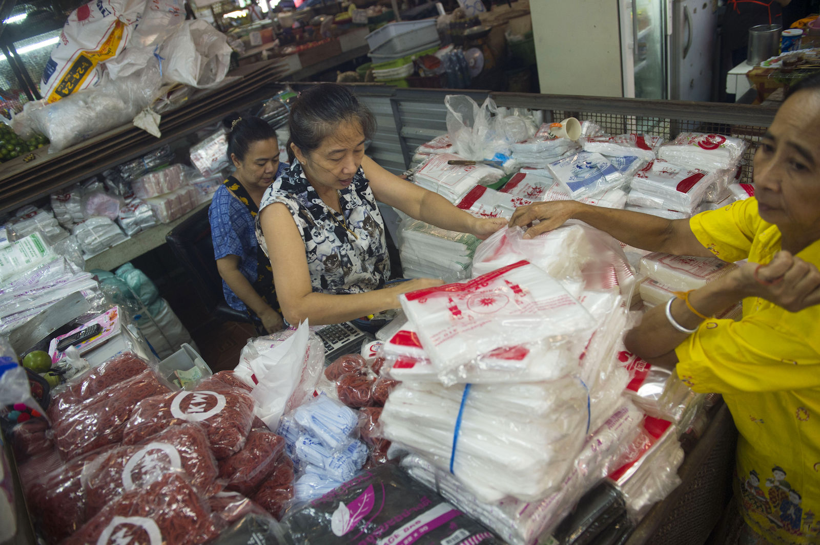 Some big retailers will stop giving out plastic bags on January 1 | The Thaiger