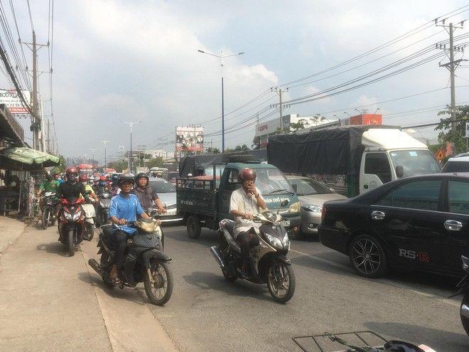 Xe tải chở heo đâm vào nhà dân, gây ùn tắc giao thông nghiêm trọng   News by Thaiger
