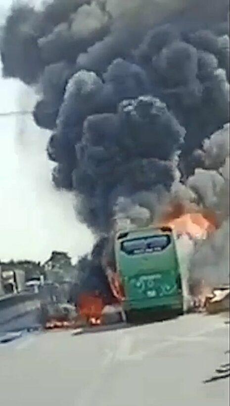 Thanh Hóa: Xe khách bốc cháy nghi ngút, hành tháo chạy thoát thân | News by Thaiger