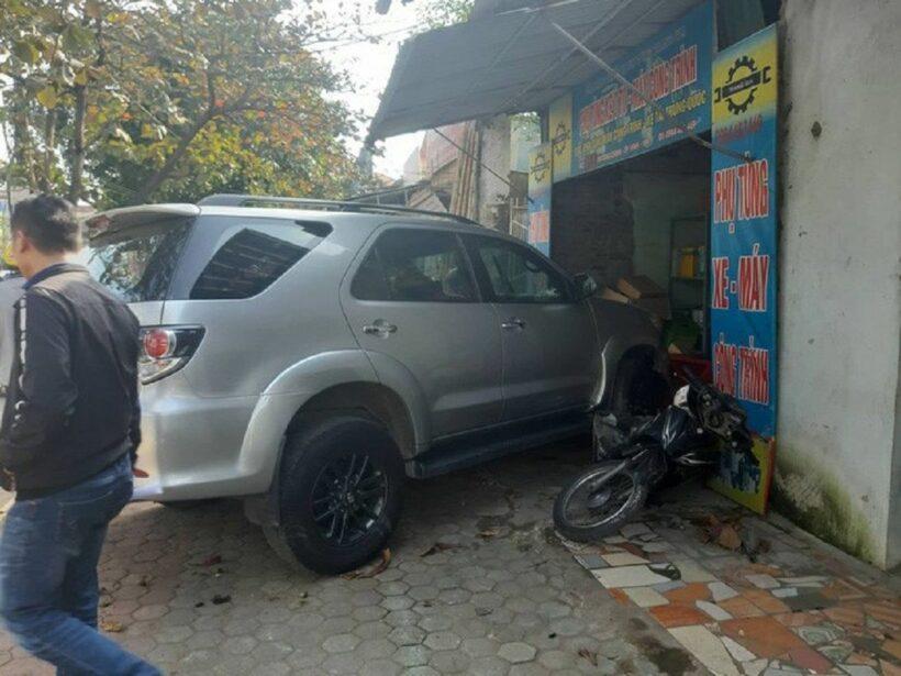 Xe Fortuner đâm liên tiếp 2 xe rồi đâm 1 xe máy và lao vào nhà dân | News by Thaiger