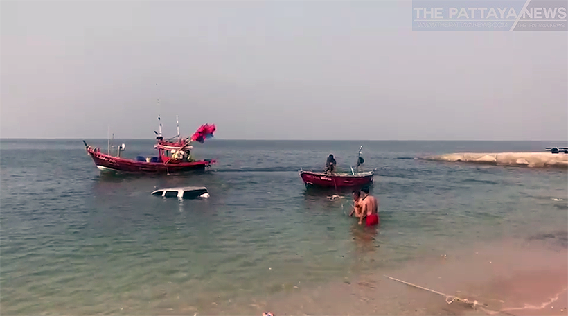 Strong waves drags pickup and jet ski into the sea in Chonburi